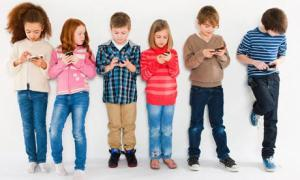 size1_55463_175339-children-using-smartphone